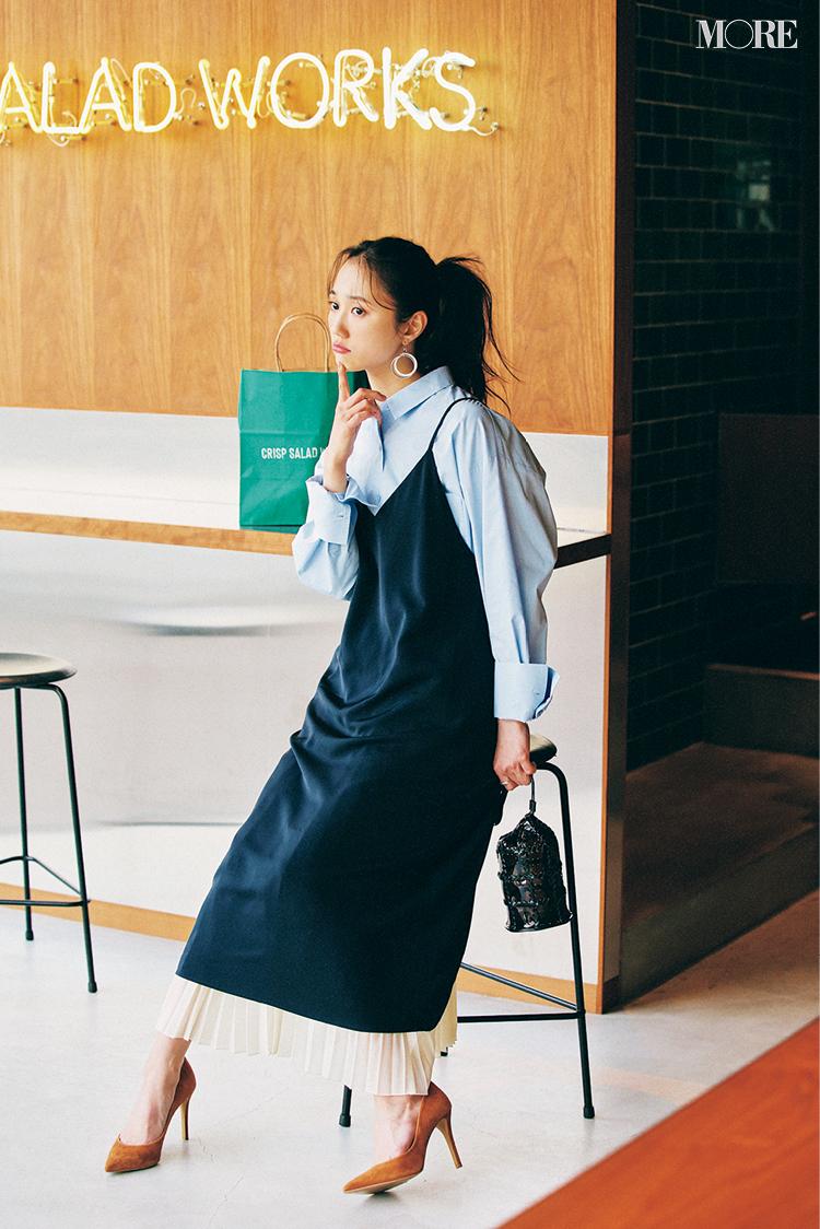 GUのシャツにワンピースとスカートをレイヤードした鈴木友菜