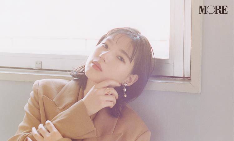 MORE4月号インタビュー企画での石井杏奈さんのバストアップ写真。窓に寄り掛かっている様子。