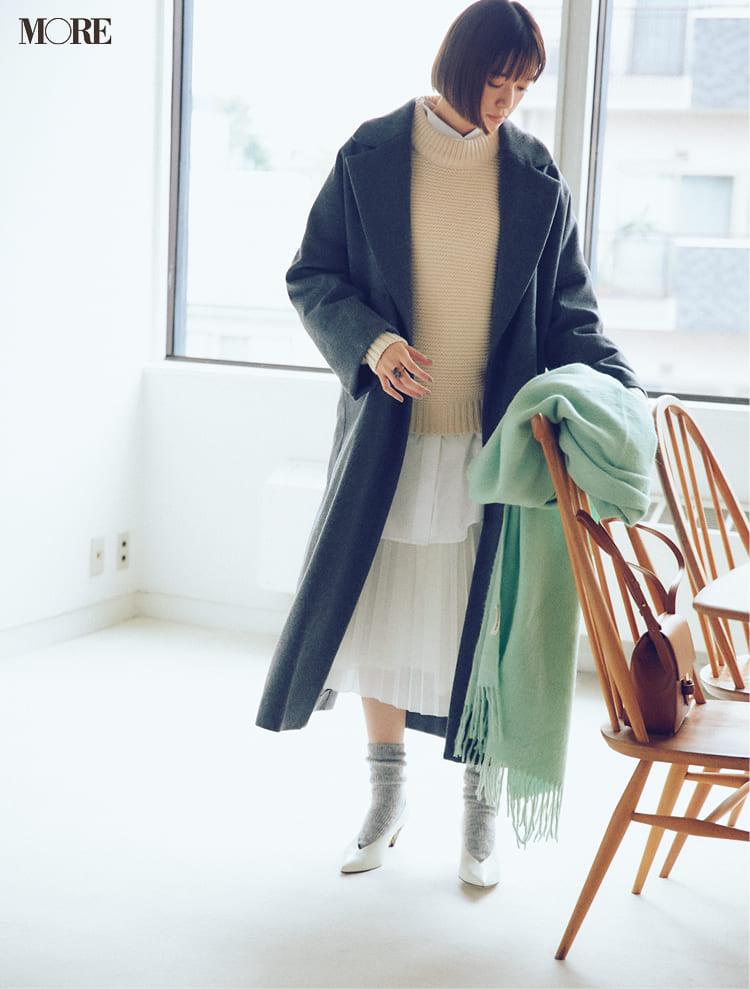 白ニットコーデ【2020冬〜春】- 着膨れしない細見えテクニックなど、白い服の最旬レディースコーディネートまとめ_25