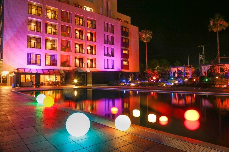 『海のホテル 島花』ナイトプールの様子