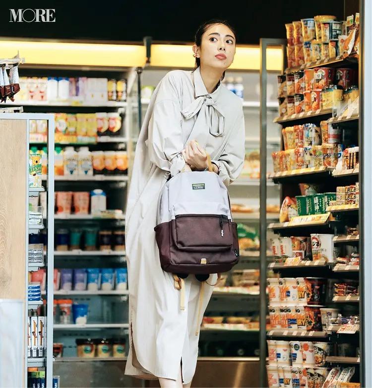【通勤リュックコーデ】シャツワンピースを着てリュックを持った女性