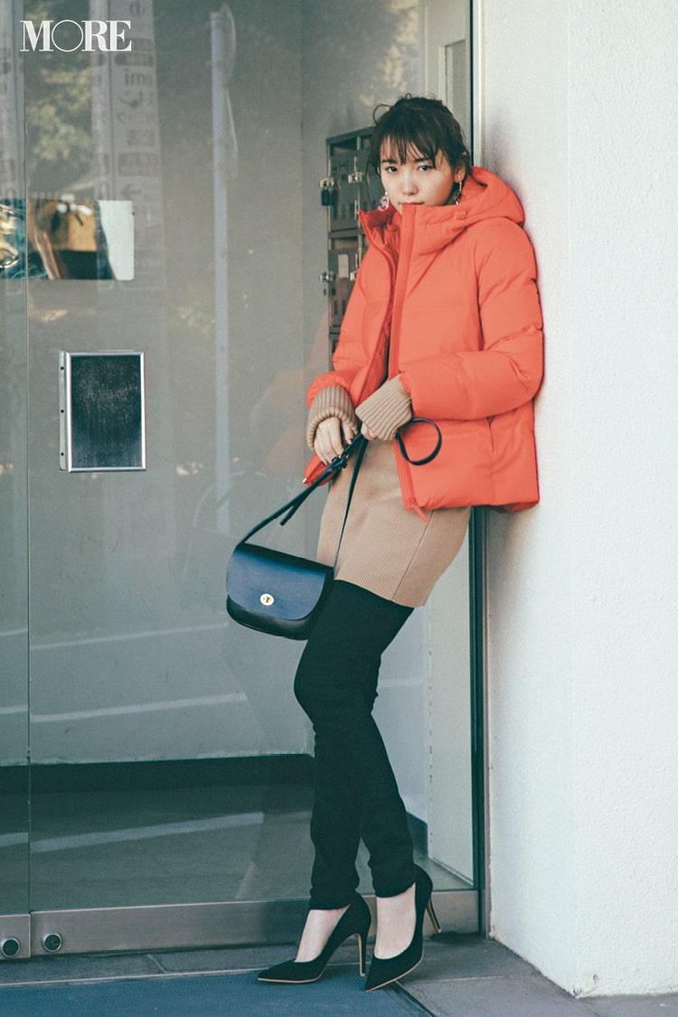 【2019年冬のおすすめユニクロコーデ6】 オレンジのダウンジャケットと手持ち服のカジュアルコーデ