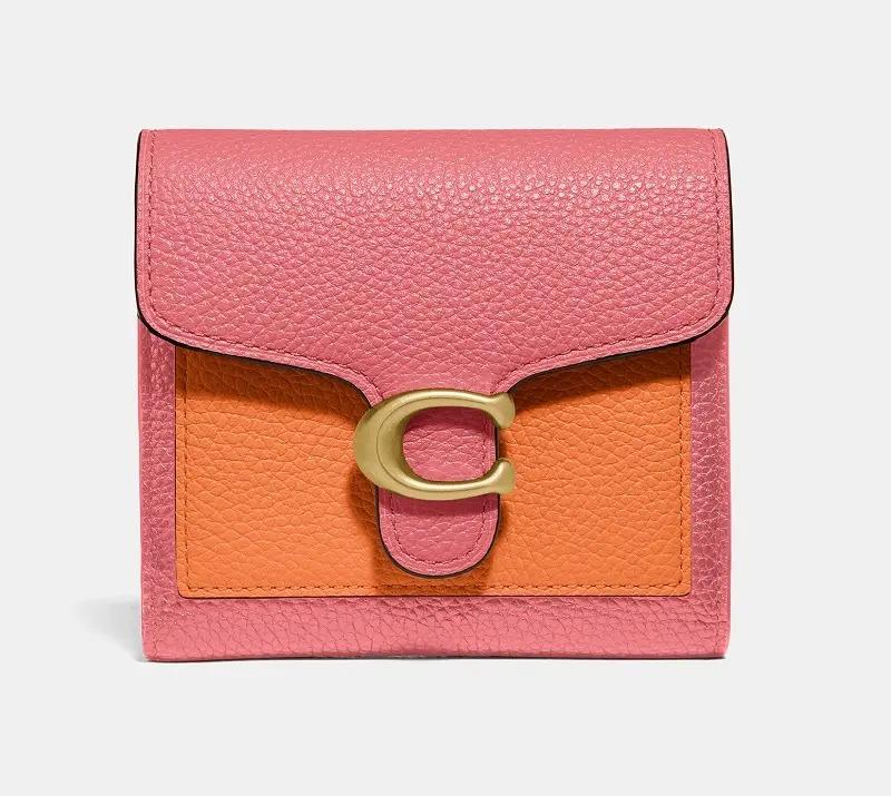 『コーチ』の二つ折り財布