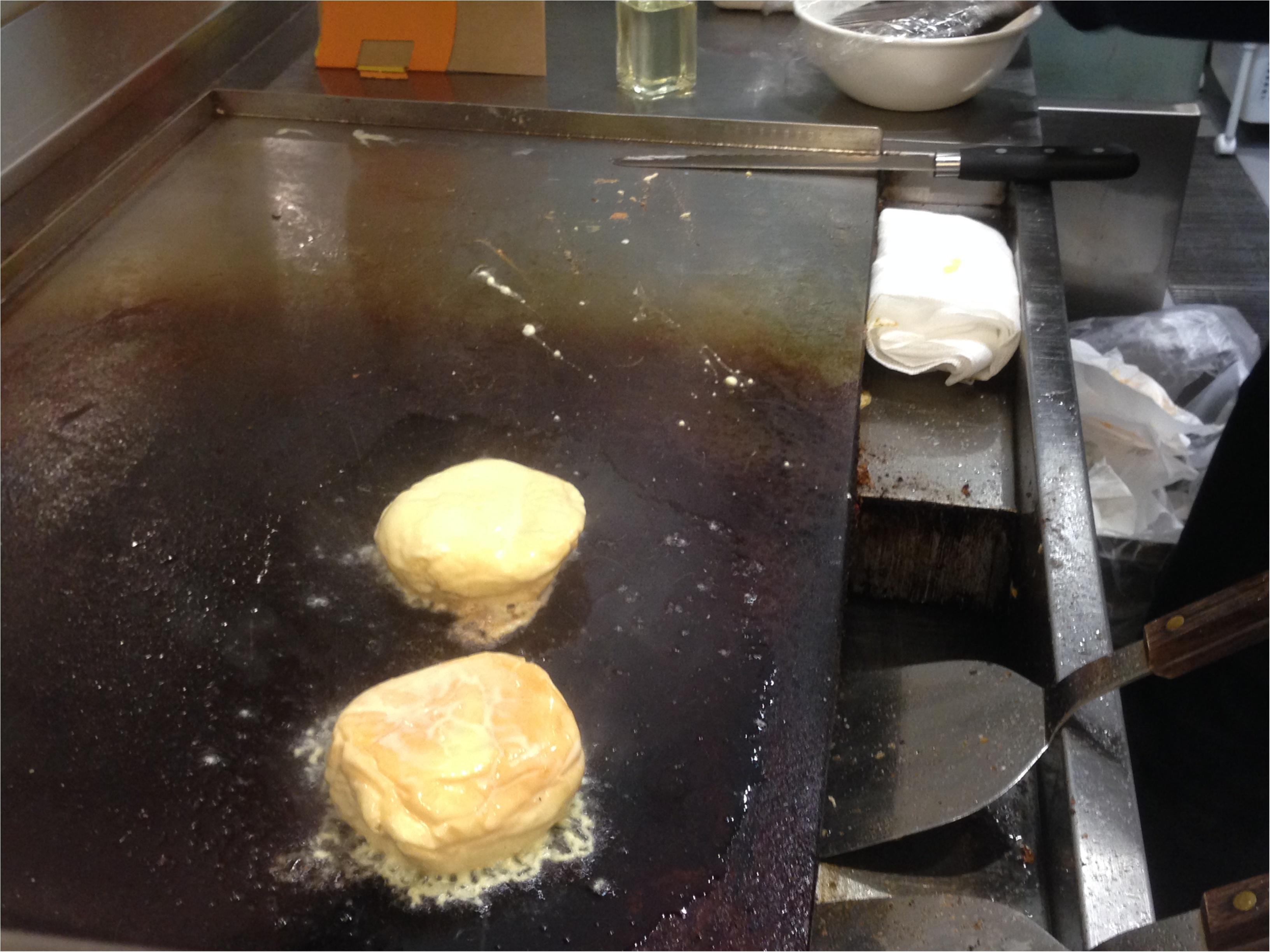 """くりーむパンを鉄板で焼いちゃう⁉️Hattendo caféで実演販売されている""""フレンチバーガー""""とはΣd(・ω・*)_3"""