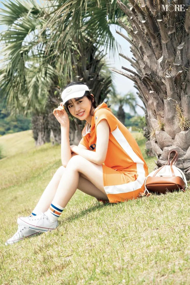 『チャンピオン』のワンピースと『ビームス ゴルフ』の小物を合わせた女性
