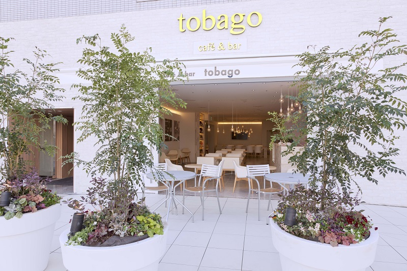 神奈川おしゃれホテルHOTEL PLUMMの外観と併設レストランtobago cafe&bar外観