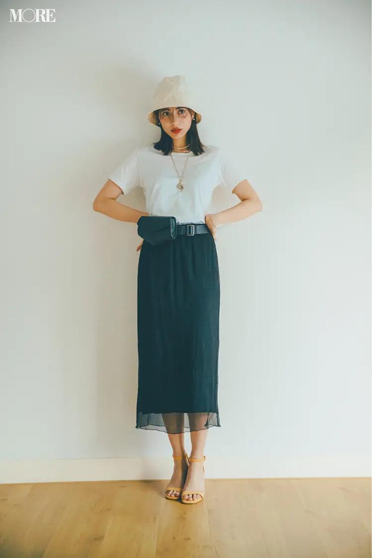 【白Tシャツコーデ】ほんのりシアーなスカートでセンシュアルに。トレンド小物があれば照れずに着られる