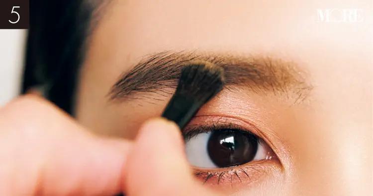 イガリシノブおすすめの眉メイクでイエローのアイブロウを塗る目元