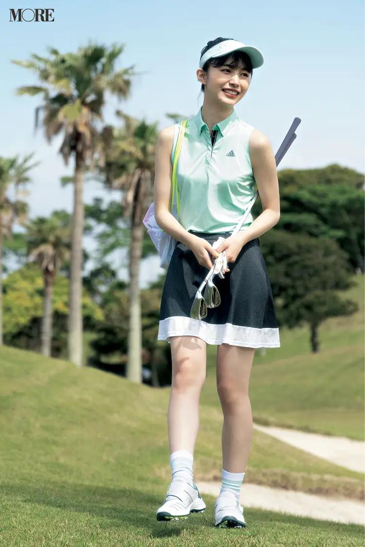 『アディダスゴルフ』のポロシャツ・スカートを着た女性