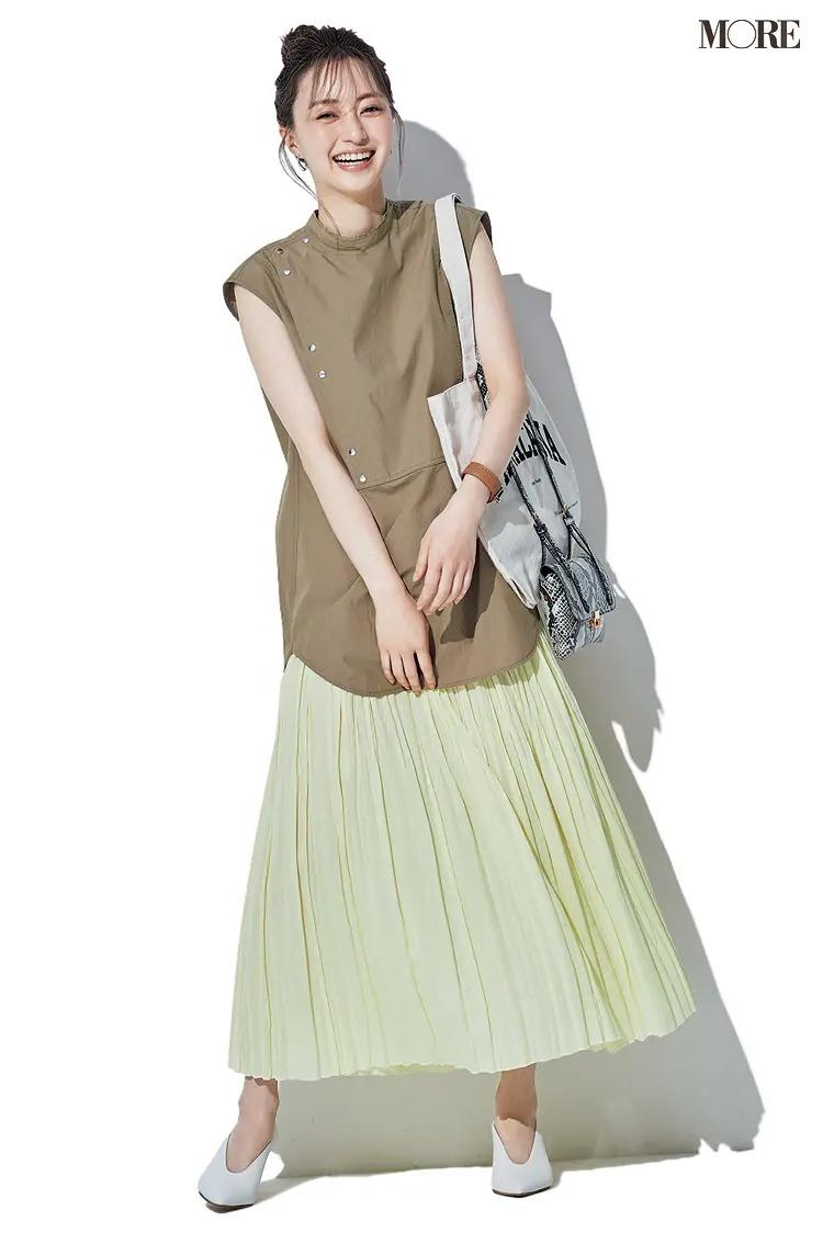 【2021夏オフィスカジュアル】イエローのプリーツスカート×カーキのノースリーブ×Vカットパンプスのコーデ