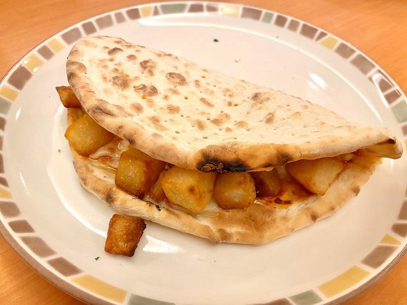 サイゼリヤメニュー、「Wチーズ(ピザ)」で「カリッとポテト」をサンドした様子