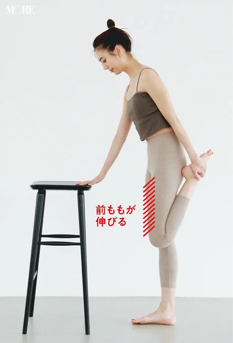 森拓郎ストレッチ法で立ったまま椅子に手をついて前ももが伸びるように片足を折るモデル