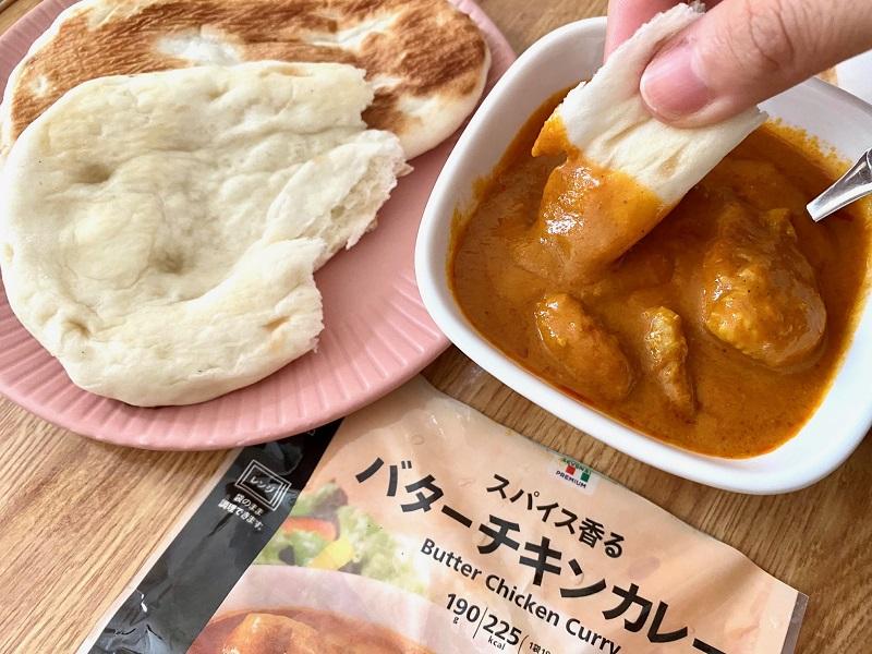 おすすめコンビニご飯【セブン₋イレブン】の「ミニナン」を、「バターチキンカレー」につけている様子