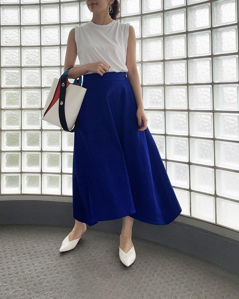 マッチングアプリの正解、青いスカートを着たコーデ