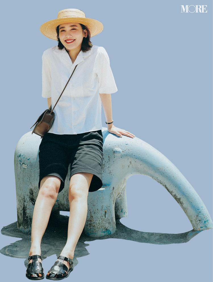 白開衿シャツ×黒バミューダパンツコーデでカンカン帽を被った飯豊まりえ