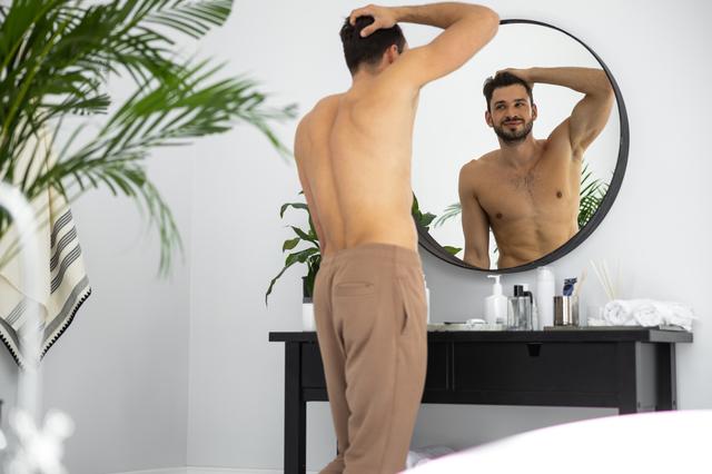 マッチングアプリにいるダメ男の特徴、鏡越しの自撮りをしているイメージ