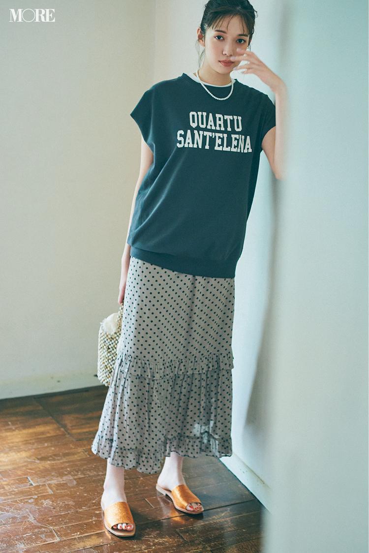 ドット柄スカートにオレンジのミュールを合わせた佐藤栞里