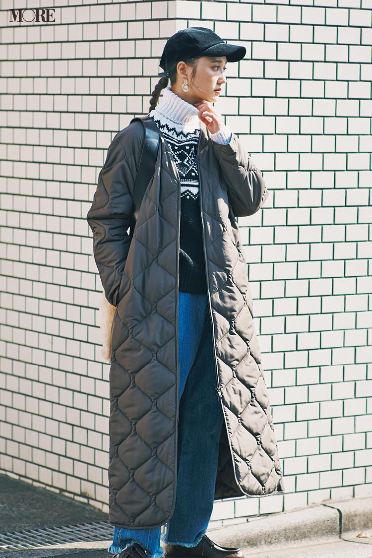 デニムにノルディックニットを着てダウンをはおった鈴木友菜