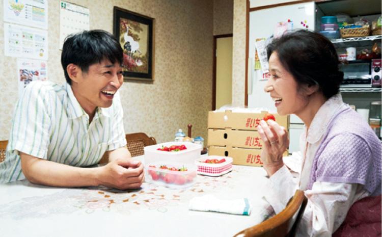 【安田 顕さんインタビュー】「記憶と違う母がいて、ああ、年取ったんだなって。ふと現実に気づきました」_2