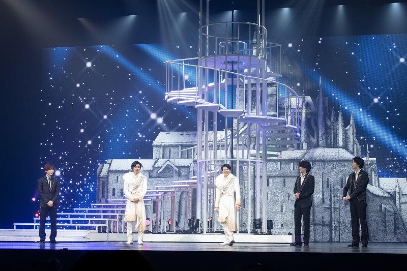 舞台に出演する中村嶺亜さん、神宮寺勇太さん、岸 優太さん、那須雄登さん、岩﨑大昇さん