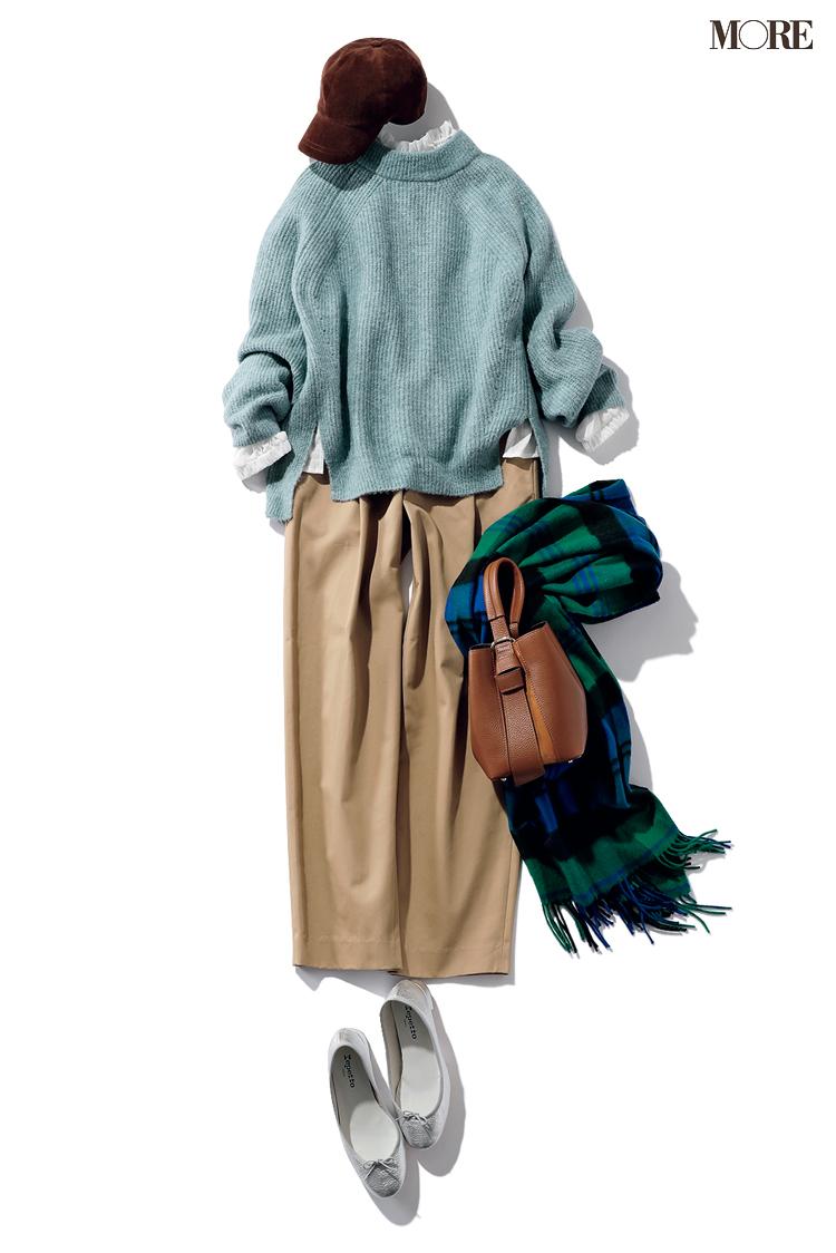 ニットとパンツのシンプルなワンツーコーデにフリルシャツを足す