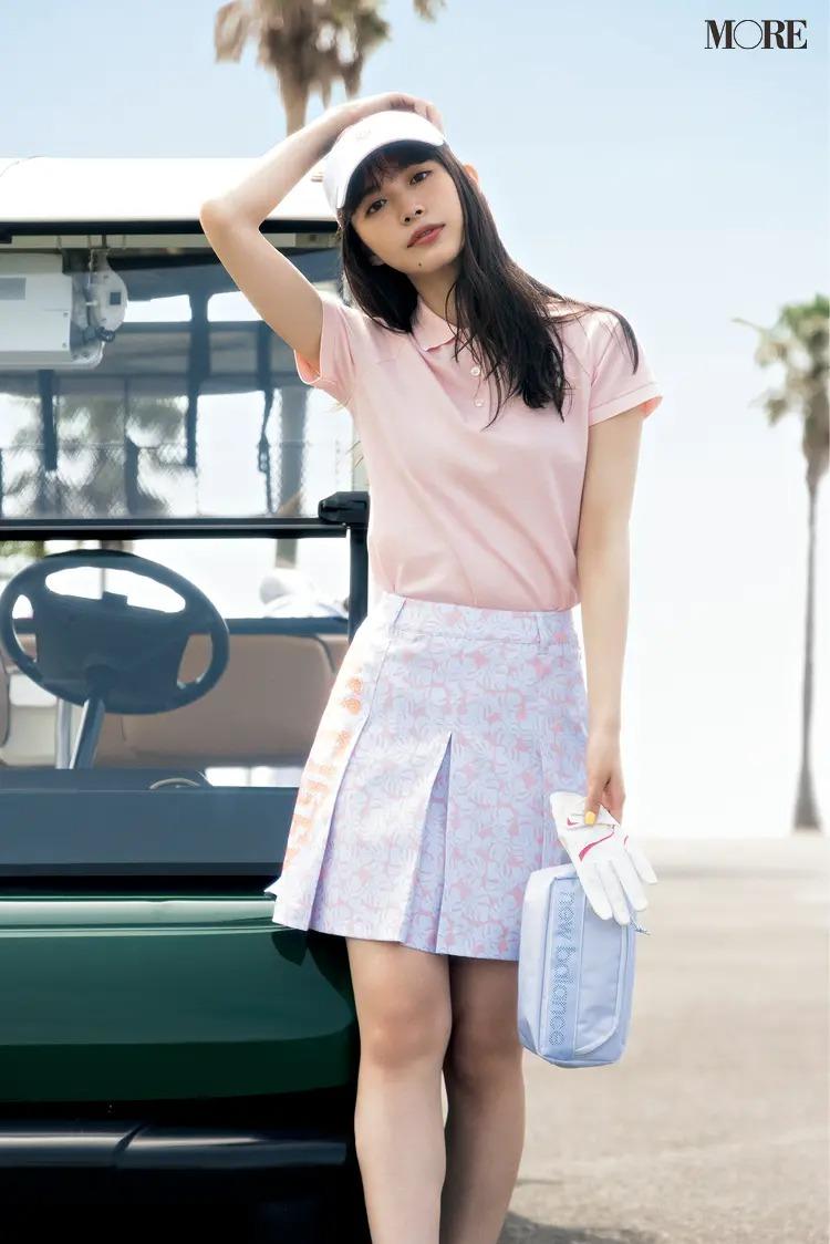 『キャロウェイ レッド レーベル』のポロシャツと『トミー ヒルフィガー ゴルフ』のスカートを着た女性