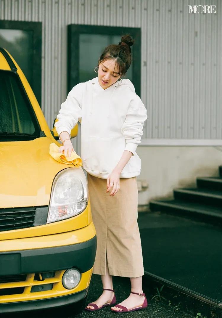 【パーカーコーデ】オーバーサイズのパーカーにタイトスカートでメリハリを