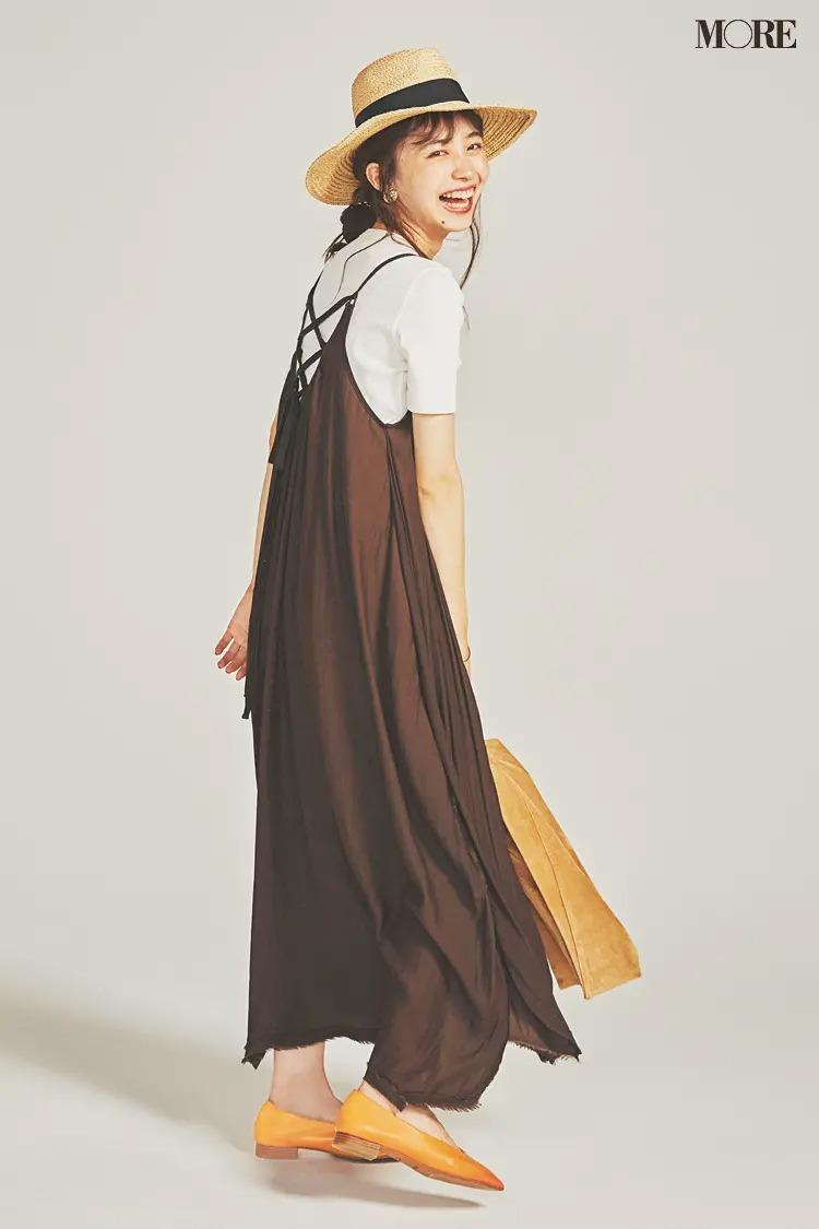 【井桁弘恵の夏コーデ】白Tシャツとブラウンのキャミワンピースのコーデ