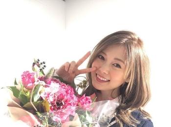白石麻衣さん、こんな笑顔でピースサインなんてズルいっ(笑)【撮影のオフショット】