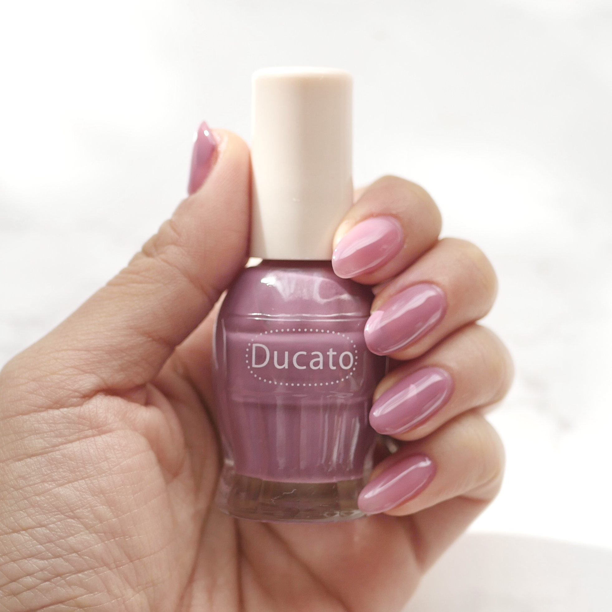 モーヴピンク色ネイルと塗った爪