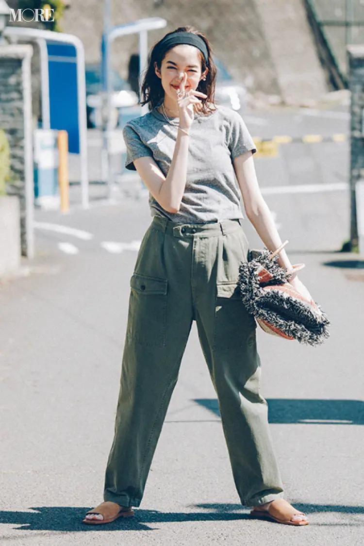 【レディースTシャツコーデ】グレーTシャツ×カーキパンツのコーデ