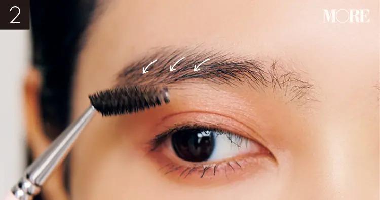 イガリシノブおすすめの眉メイクで眉毛の形を整えている目元