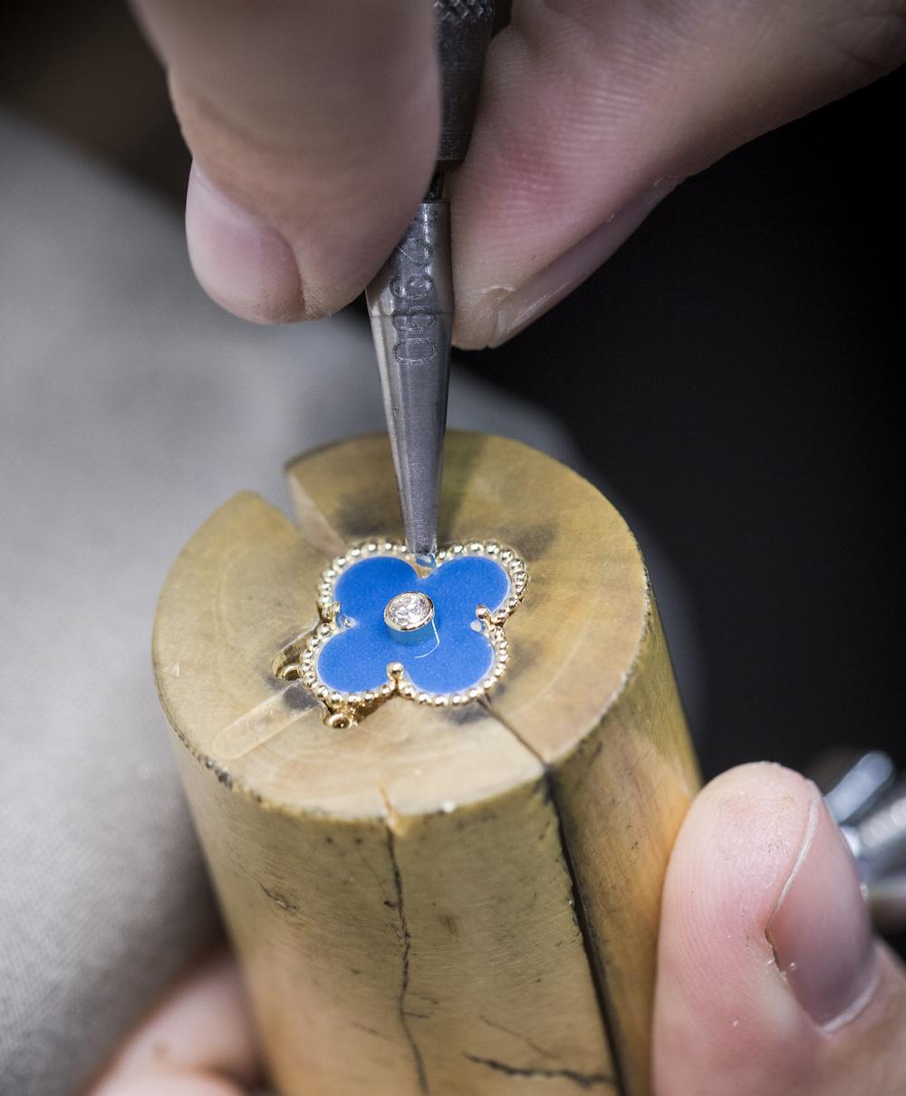 『ヴァン クリーフ&アーペル』のホリデー限定ペンダントはブルー♡ 憧れのヴィンテージ アルハンブラを幸運のお守りに_2