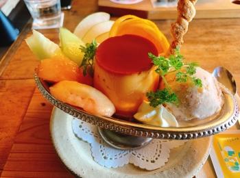 【おすすめカフェ】《桃とメロンのプリンアラモードと自家製シロップソーダ》が絶品♡