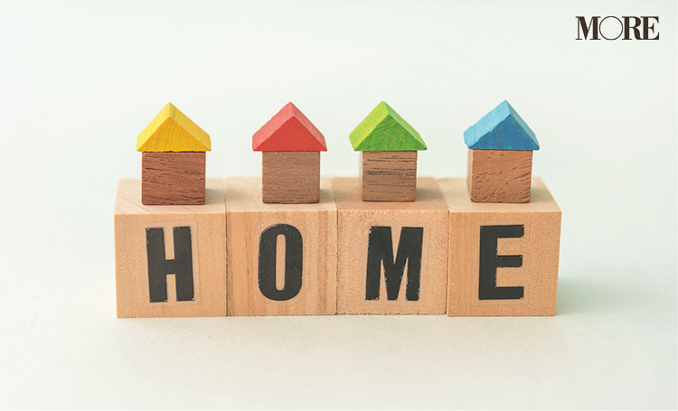 HOMEと書かれた木製の家形置物