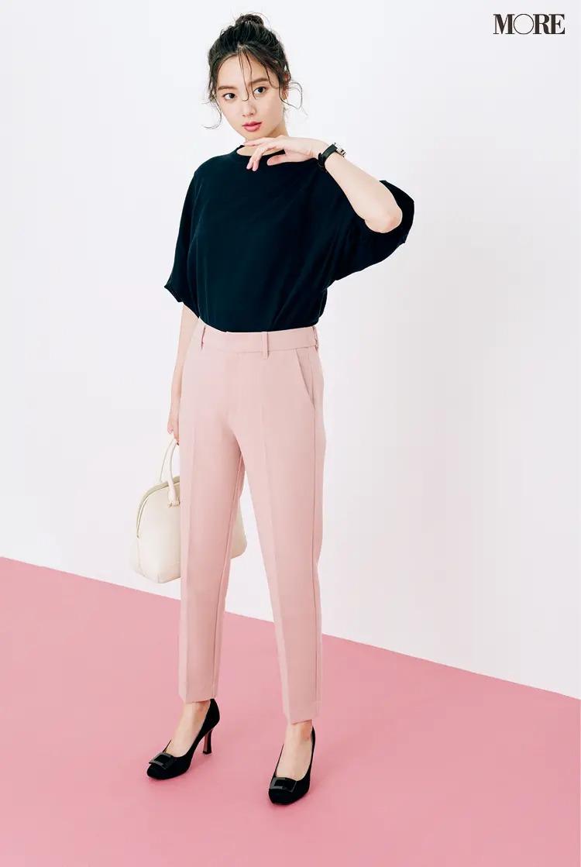 【2021夏オフィスカジュアル】黒トップス×ピンクの美脚パンツ×パンプスのコーデ
