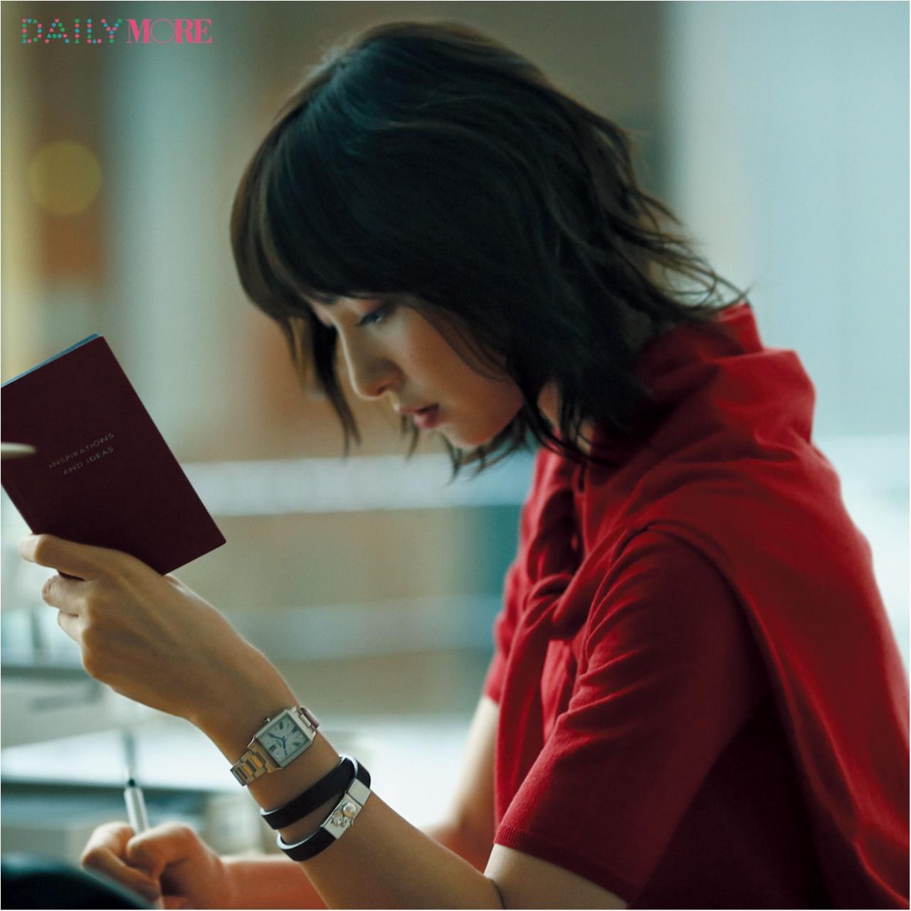 誰もが彼女に見惚れる理由――。【篠田麻里子主演】いつものニットに、腕時計があれば……。_1_1