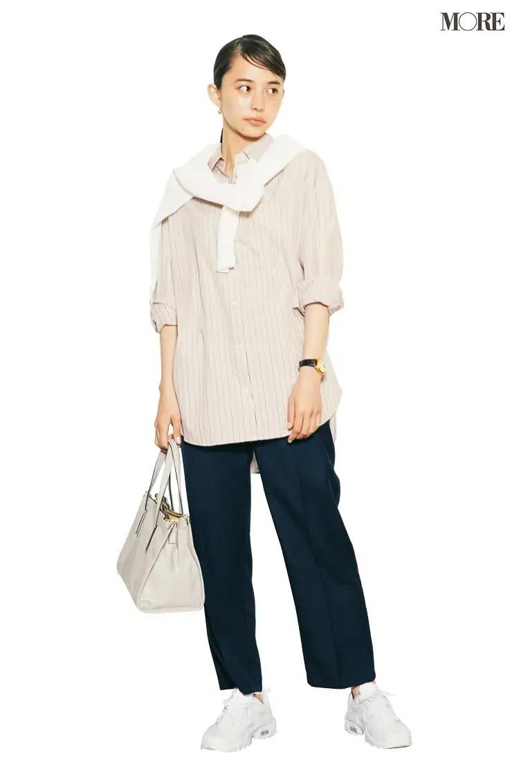 【春のスニーカーコーデ】ストライプシャツ×黒パンツ×白スニーカー