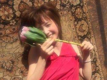 #本田翼 真っ赤なサマードレスで寝転ぶ素敵なショット♡【MORE SMILEUP CHALLENGE 29】