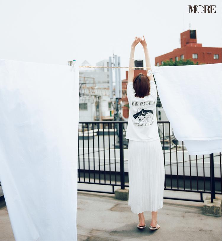 バックプリント白Tシャツ×プリーツスカートコーデの佐藤栞里