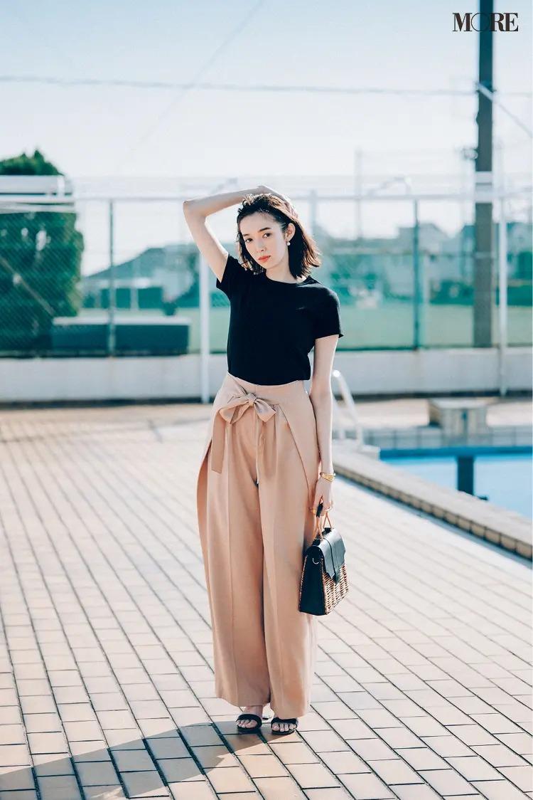 【レディースTシャツコーデ】黒Tシャツ×きれい色ワイドパンツのコーデ