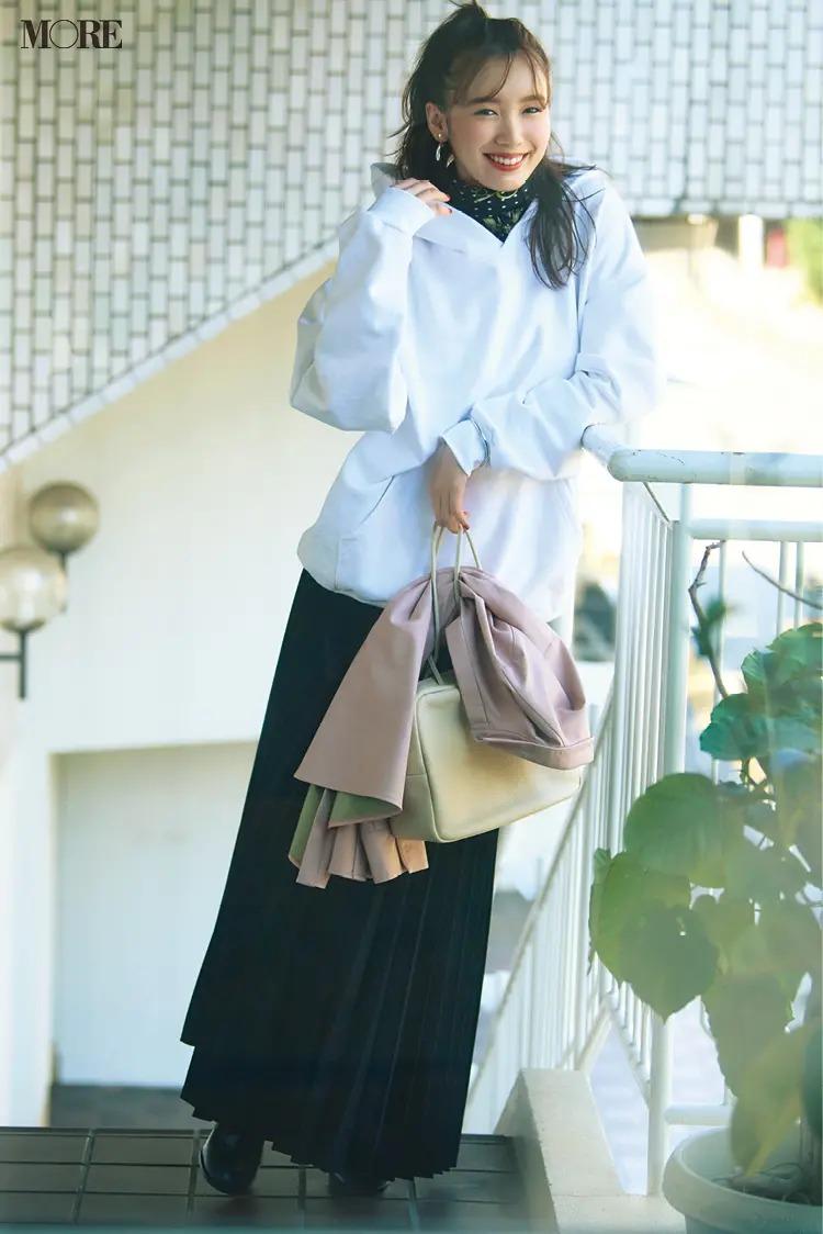 【パーカーコーデ】5. パーカー+プリーツスカートは大人っぽい配色で