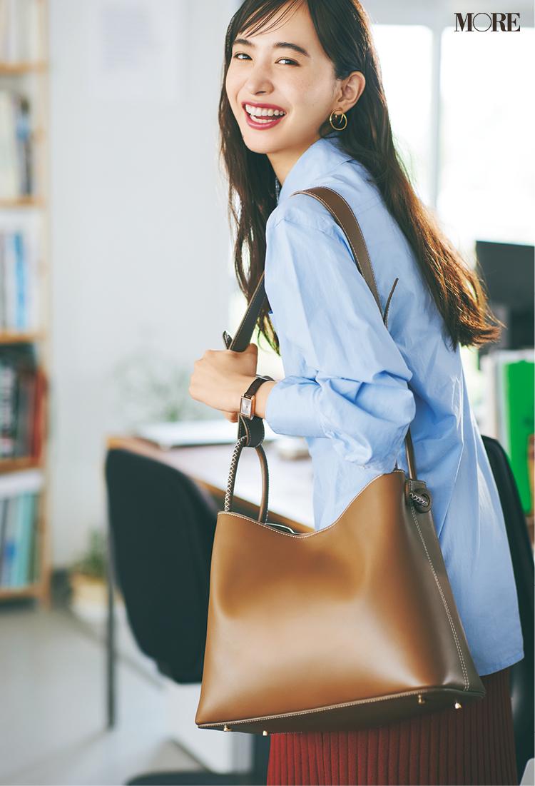 エレメのバッグを持った井桁弘恵