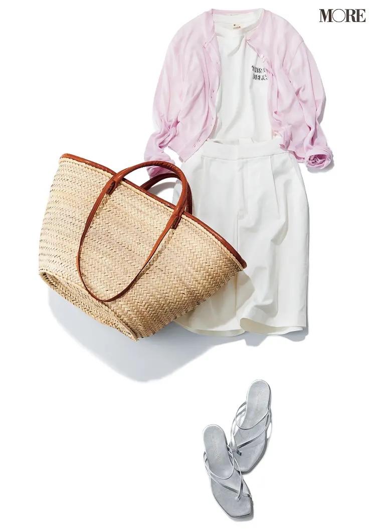 白Tシャツ×白ハーフパンツにピンクのカーディガンをはおったコーデ