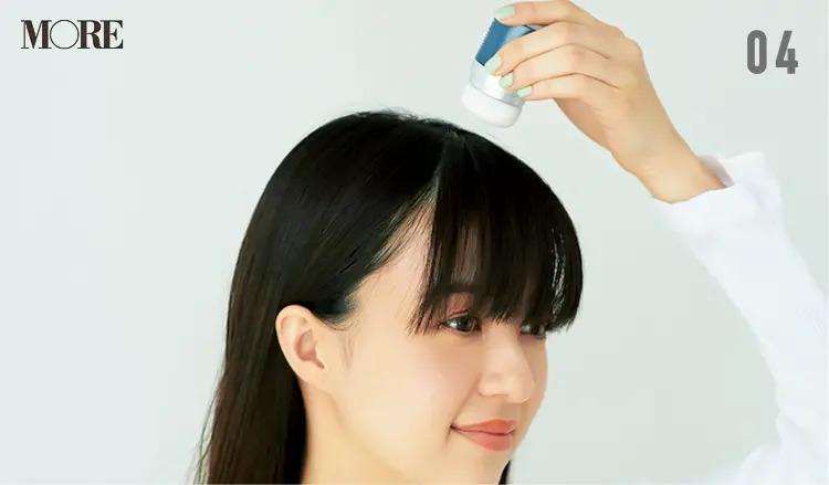 ぺたんこな前髪にボリュームを出す方法【4】前髪全体を下ろし、再度パウダーを当ててなじませる