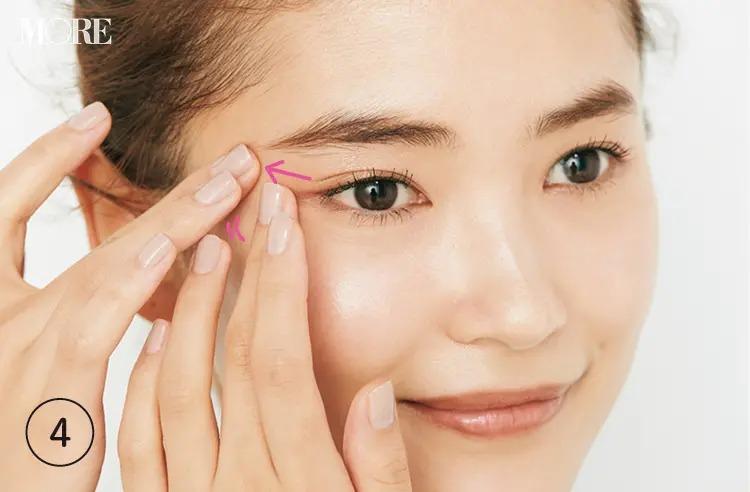 アイクリームを目尻に塗っている女性