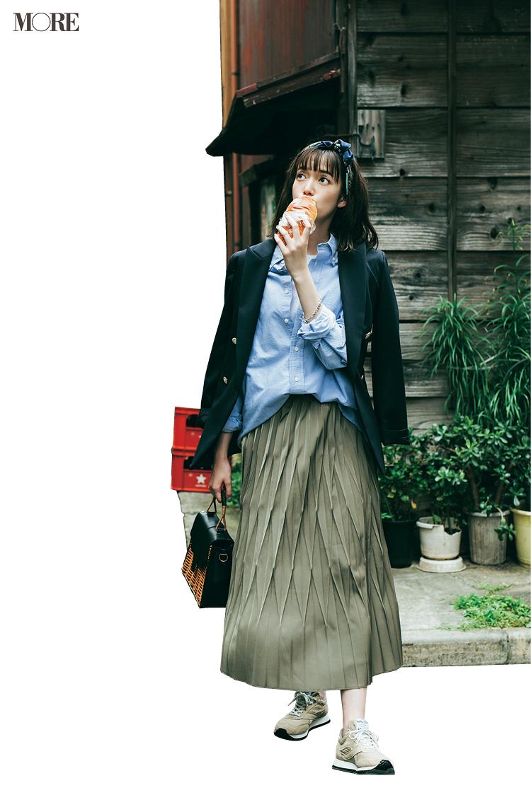 ブルーのシャツ×プリーツスカートにジャケットをはおった佐藤栞里