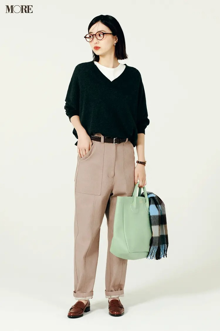 【2021ニットコーデ】淡色デニムパンツ×黒ニット×Tシャツのコーデ