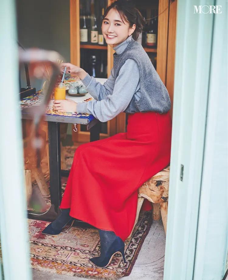 ニットベストコーデ【15】グレーのニットベスト×赤スカート