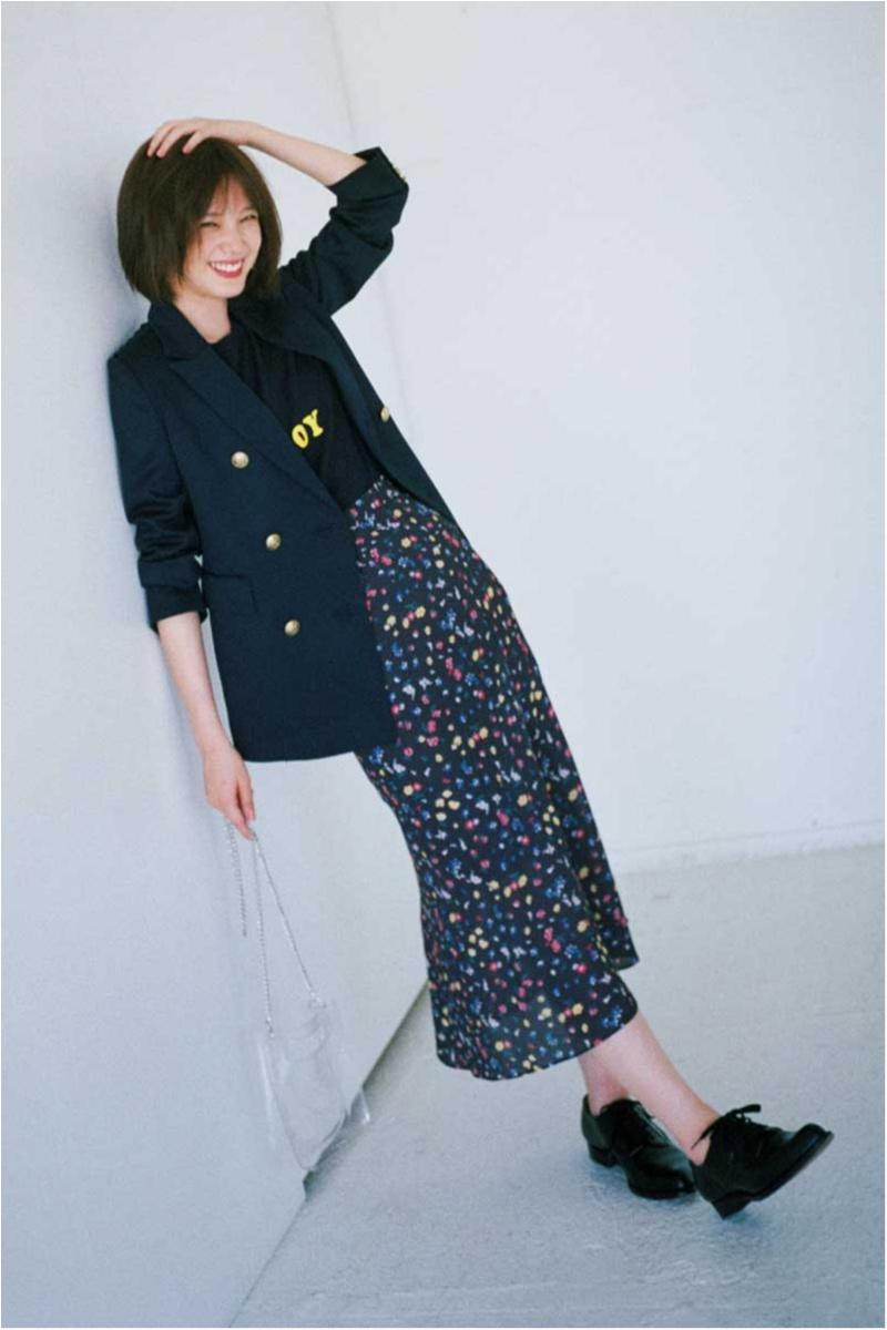 本田翼の休日ジャケットコーデは花柄スカートとロゴTシャツで
